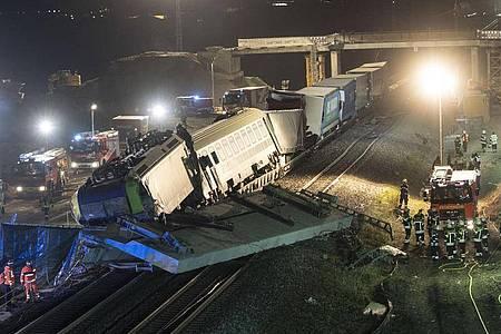 Feuerwehrfahrzeuge stehen um den verunglückten Zug. Foto: Patrick Seeger/dpa