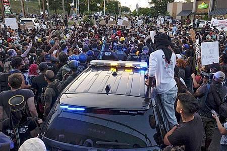 Die Polizei versucht eine Demonstration in Atlanta unter Kontrolle zu bringen. Foto: Ben Gray/Atlanta Journal-Constitution/AP/dpa
