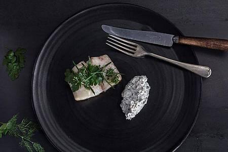 Im Ofen gebackener Rotbarsch mit Graupen und Joghurt: Für 4 Personen braucht man ungefähr 800 g Rotbarschfilet ohne Haut. Foto: Promote Iceland/dpa-tmn