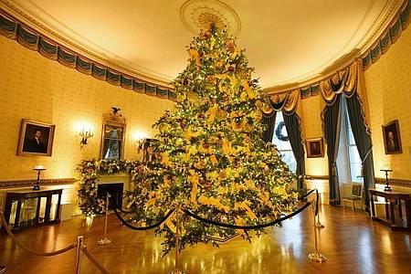 Ein großerWeihnachtsbaum im festlich dekorierten Blauen Raum (Blue Room) des Weißen Hauses. Foto: Patrick Semansky/AP/dpa