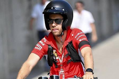 Nutzt die Formel-1-Pause zum Basteln am Motorrad: Ferrari-Pilot Sebastian Vettel. Foto: Zsolt Czegledi/MTI/AP/dpa