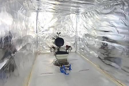 Niederländische Polizisten entdeckten die Folterkammer in einem ungebauten Seecontainer. Foto: -/Politie Landelijke Eenheid/dpa