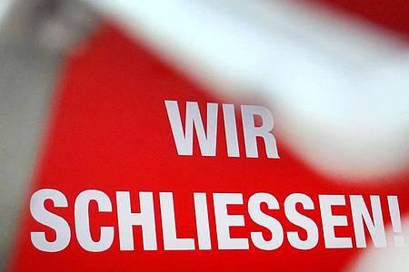 «Wir schließen!» - die Corona-Krise sorgt auch in Deutschland für einen Konjunktureinbruch. Foto: Martin Gerten/dpa