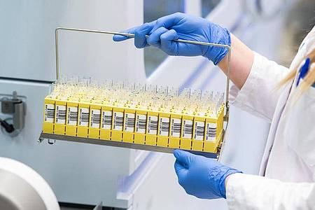 Laut dem MDR sollen die Bundesliga-Profis alle drei Tage auf eine mögliche Infektion mit dem Coronavirus getestet werden. Foto: Daniel Bockwoldt/dpa