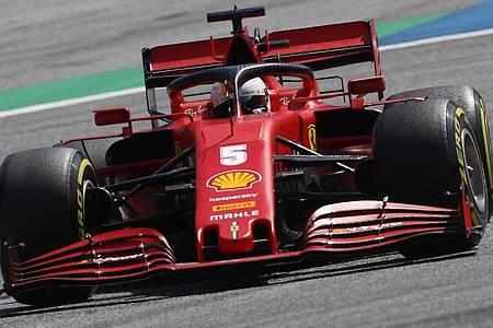 SebastianVettel vomTeam Ferrari steuert im 2. Freien Training sein Auto auf der Rennstrecke in Spielberg. Foto: Darko Bandic/AP Pool/dpa