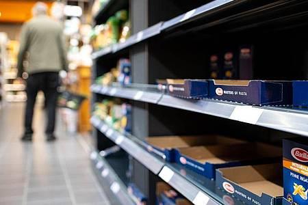 Leergekaufte Regale in einem Supermarkt in Bayern. Foto: Sven Hoppe/dpa