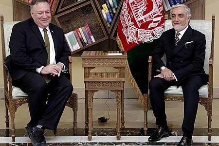 Mike Pompeo (l), Außenminister der USA, und Abdullah Abdullah, politischer Rivale des afghanischen Präsidenten Ghani, sitzen bei einem Treffen im Sepidar-Palast. Foto: Sepidar Palace/AP/dpa