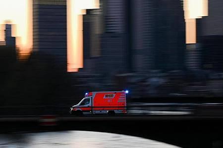 Ein Krankenwagen im Einsatz. Noch immer steigt weltweit die Zahl der Corona-Infizierten. Foto: Arne Dedert/dpa