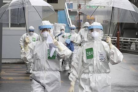 Mediziner kommen zu ihrer Schicht im Dongsan-Krankenhaus. Foto: Lee Young-Hwan/Newsis via AP/dpa