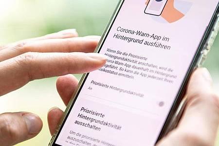 Sie müssen in den Einstellungen der Corona-Warn-App prüfen, ob die «Priorisierte Hintergrundaktivität» eingeschaltet ist. Foto: Zacharie Scheurer/dpa-tmn