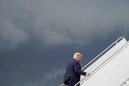 Donald Trump steigt auf der Andrew Air Force Base in die Air Force One, um zu einer Wahlkampfkundgebung zu reisen. Foto: Evan Vucci/AP/dpa
