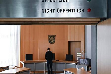 Der Prozess gegen einen mutmaßlichen Hacker aus Hessen wegen eines Online-Angriffs auf 1000 Prominente und Politiker beginnt ohne großes Publikum. Foto: Arne Dedert/dpa