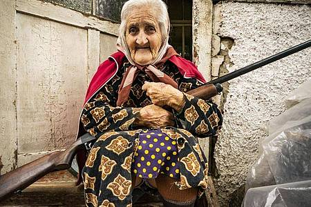 In der Zivilbevölkerung wächst angesichts hoher Opferzahlen die Angst. Diese Frau bewacht ihr Haus mit einem Gewehr. Foto: Celestino Arce Lavin/ZUMA Wire/dpa