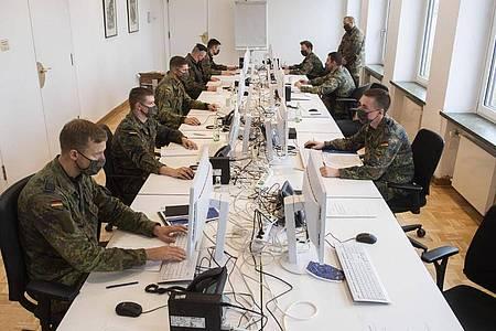 Soldaten der Bundeswehr helfen in der Region Hannover bei der Nachverfolgung von Infektionsketten. Foto: Julian Stratenschulte/dpa