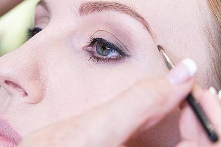 Definierte Augenbrauen - nicht buschig, aber voll - liegen im Trend. Foto: Franziska Gabbert/dpa-tmn
