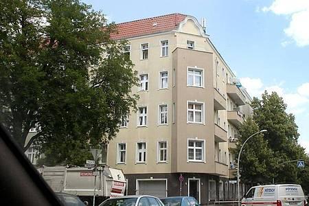 Ein Wohnhaus an der Harzer Straße im Berliner Statdtteil Neukölln, das aufgrund einer Vielzahl von Covid-19 Erkrankungen unter Quarantäne gestellt wurde. Foto: Wolfgang Kumm/dpa