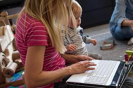 Kinderbetreuung und Beruf unter einen Hut zu bringen, ist nicht einfach - und in Corona-Zeiten erst recht eine Herausforderung für Eltern. Foto: Christin Klose/dpa-tmn