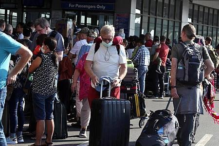 Deutsche Touristen am internationalen Flughafen Ninoy Aquino in Manila auf den Philippinen. Foto: Alejandro Ernesto//Alejandro Ernesto/DPA