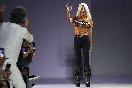 Donatella Versace 2019 auf der Fashion Week in Mailand. Foto: Antonio Calanni/AP/dpa