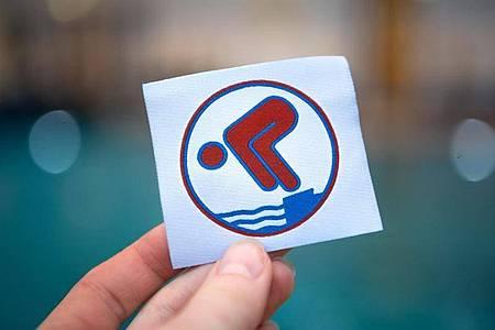 Paketsprung vom Ein-Meter-Brett. 15 Minuten Schwimmen ohne Pause. Zwei Meter Tieftauchen. Das sind einige der Anforderungen für das Bronze-Abzeichen, den Freischwimmer. Foto: Sina Schuldt/dpa