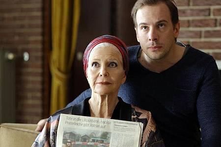 Schriftstellerin Madeleine Montana (Christiane Hörbiger) und ihr Sohn Oliver Sandberg (Florian Teichtmeister). Foto: Petro Domenigg/ZDF/dpa