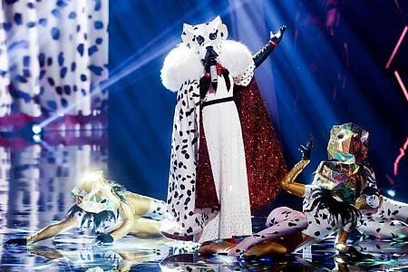 Die Figur «Der Dalmatiner» steht in der Prosieben-Show «The Masked Singer» auf der Bühne. Foto: Rolf Vennenbernd/dpa