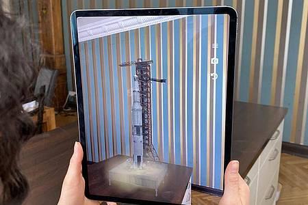 Das neue iPad Pro ist stark bei Augemted-Reality-Anwendungen, weil ein Lidar-Sensor dabei hilft, die reale Umgebung präzise zu erfassen. Hier startet scheinbar eine Apollo-Rakete der NASA im Wohnzimmer. Foto: Christoph Dernbach/dpa-tmn