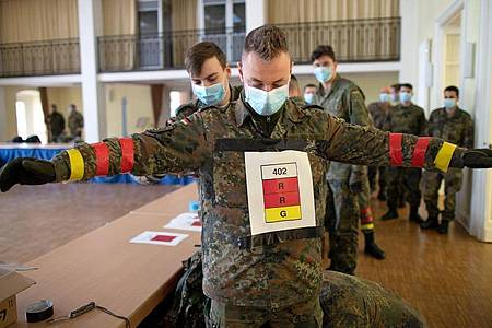 Soldaten der Bundeswehr in Berlin testen derzeit eine COVID19-Tracking App. Foto: Torsten Kraatz/Bundeswehr/Bundeswehr/Torsten Kraatz
