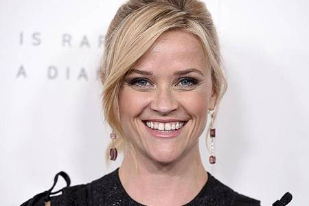 Mit ihrer Firma Hello Sunshine packt Reese Witherspoon vor allem Frauenthemen an. Foto: Jordan Strauss/Invision/AP/dpa