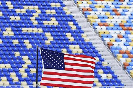 Wird sich bald wieder füllen:Nascar-Serie erlaubt Fans auf der Tribüne. Foto: Brynn Anderson/AP/dpa
