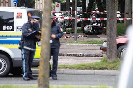 Etliche Dosen und ein umgekippter Roller liegen an der Stelle, an der ein Fahrzeug in eine Gruppe von Menschen gefahren ist. Foto: Matthias Balk/dpa