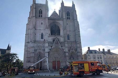 Löscharbeiten an der Kathedrale der westfranzösischen Stadt Nantes. Foto: Laetitia Notarianni/AP/dpa
