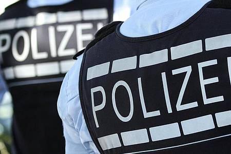 Das Symbolfoto zeigt Polizisten in Schutzwesten. Foto: Silas Stein/dpa/Archivbild