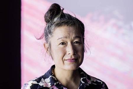 Hito Steyerl gehört zu den international einflussreichsten Medienkünstlerinnen und mischt mit ihren gesellschaftskritischen Installationen den Kunstbetrieb auf. Foto: Rolf Vennenbernd/dpa