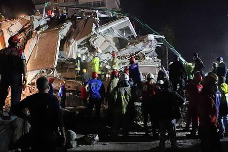 Rettungskräfte versuchen Menschen zu befreien, die unter den Trümmern eines Gebäudes in Izmir sind. Foto: Aydin Cetinkaya/XinHua/dpa