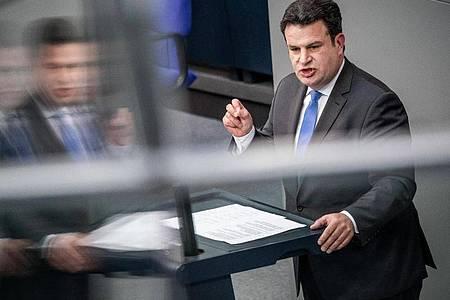 Hubertus Heil (SPD), Bundesminister für Arbeit und Soziales, spricht im Bundestag zu den Arbeitsbedingungen in der Fleischindustrie. Foto: Michael Kappeler/dpa