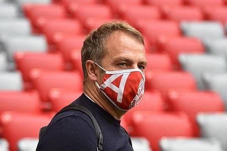 Hat mit dem FC Bayern München in der englischen Woche gleich drei Topspiele vor dem Bug: Trainer Hansi Flick. Foto: Christof Stache/AFP/Pool/dpa