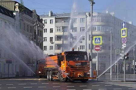 Ein Einsatzfahrzeug versprüht im Zentrum Moskaus großflächig Desinfektionsmittel. Foto: Alexander Zemlianichenko Jr/XinHua/dpa
