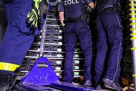 Beamte des Zolls durchsuchen die Ladefläche des angehaltenen Kühllasters. Foto: Tino Plunert/dpa-Zentralbild/dpa