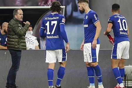 Schalkes Trainer Manuel Baum (l) spricht an der Seitenlinie zu seinen Spielern. Schalke 04 steht nach drei Bundesligaspielen bei null Punkten und 1:15 Toren. Foto: Michael Sohn/AP/dpa