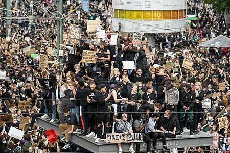 Zur «Black Lives Matter»-Demonstration auf dem Berliner Alexanderplatz am Samstag kamen Tausende Teilnehmer. Foto: Britta Pedersen/dpa-Zentralbild/dpa