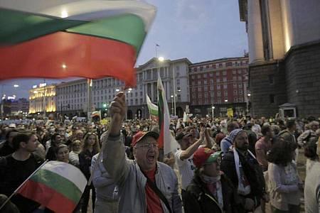 Nach schweren Zusammenstößen von Demonstranten mit der Polizei haben Sicherheitskräfte nicht zugelassene Blockaden an großen Straßenkreuzungen der bulgarischen Hauptstadt Sofia geräumt. Foto: Valentina Petrova/AP/dpa