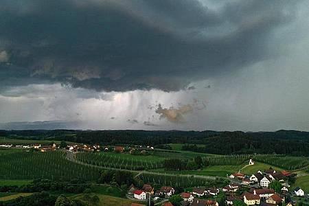 Ein heftiges Gewitter zieht von den Alpen Richtung Allgäu. Foto: Felix Kästle/dpa