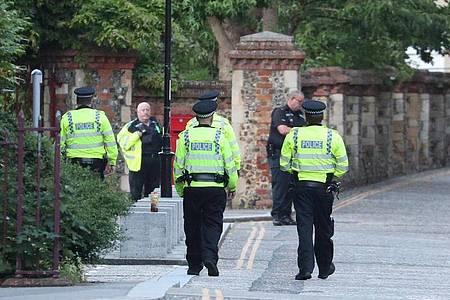 Polizisten sichern das Gebiet der Messerstecherei ab. Foto: Steve Parsons/PA Wire/dpa