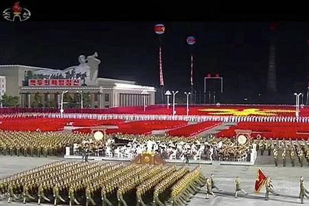 Nächtliche Parade des nordkoreanischen Militärs in Pjöngjang. Foto: Uncredited/KRT/AP/dpa