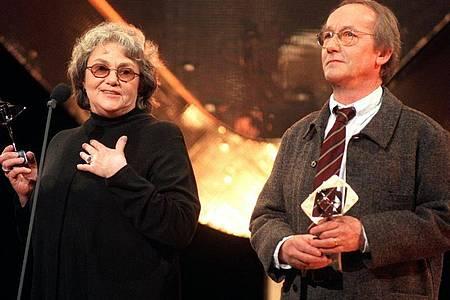 Krimiautorin Maj Sjöwall und «Kommissar Beck»-Darsteller Gösta Ekmann bedanken sich in einer Rede für den Adolf-Grimme-Preis im Jahr 1996. Foto: dpa