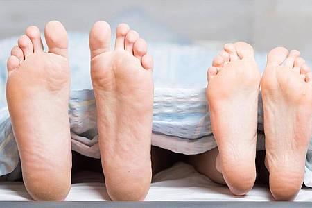 Paare, die sich nachts ein Bett teilen, haben eine längere REM-Phase und stimmen ihren Schlaf aufeinander ab. Foto: Christophe Gateau/dpa