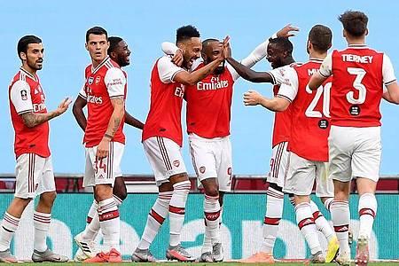 Arsenals Doppeltorschütze Pierre-Emerick Aubameyang (M) wird von seinen Teamkollegen gefeiert. Foto: Justin Tallis/Nmc Pool/PA Wire/dpa