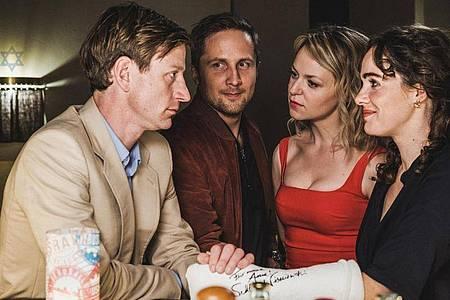 Daniel (Maxim Mehmet, l-r), Tobias (Lasse Myhr), Laura (Lisa Wagner) und Anne (Verena Altenberger) in «Schönes Schlamassel». Foto: -//Bavaria Fiction GmbH/Conradfilm/ORF/BR/dpa