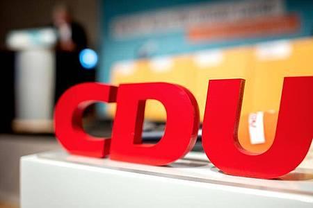 Das Logo mit den Buchstaben der CDU steht beim Kleinen Parteitag der CDU Niedersachsen im Weserbergland-Zentrum auf einem Rednerpult. Foto: Hauke-Christian Dittrich/dpa
